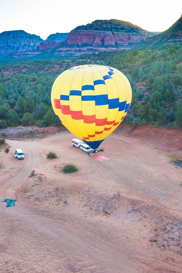 Ar quente que ballooning sobre o sedona o Arizona que mostra o queimador de propano foto de stock royalty free