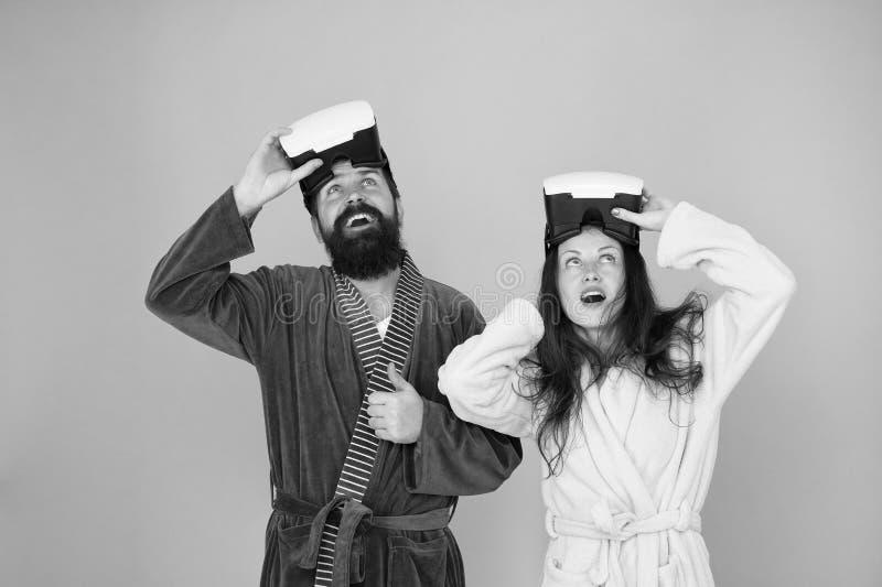 AR y Sr. device Amor de la familia Pares en amor Familia feliz en vidrios del vr Hombre y mujer barbudos Realidad virtual Sr. fotografía de archivo libre de regalías