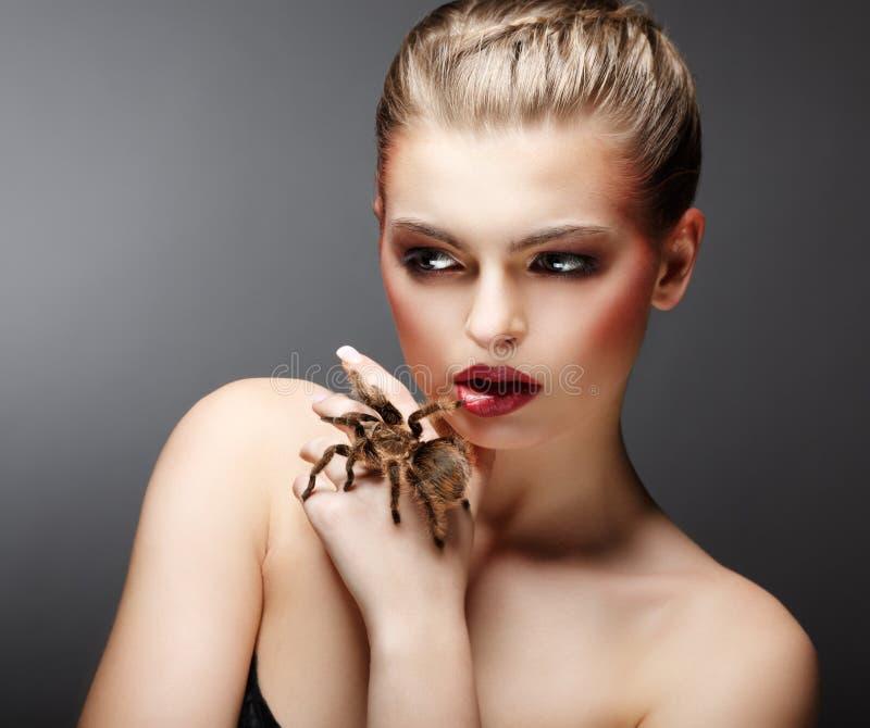 Araña domesticada viva de la explotación agrícola hermosa de la muchacha en su mano. Animal doméstico fotos de archivo