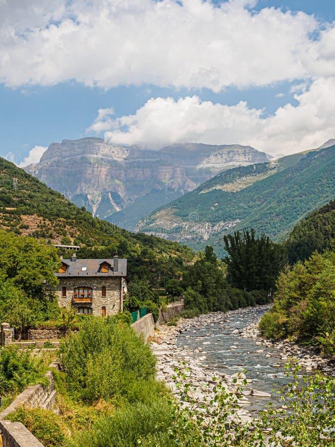 Ara River Valley da vila de Broto, Ordesa y Monte Perdido National Park fotografia de stock