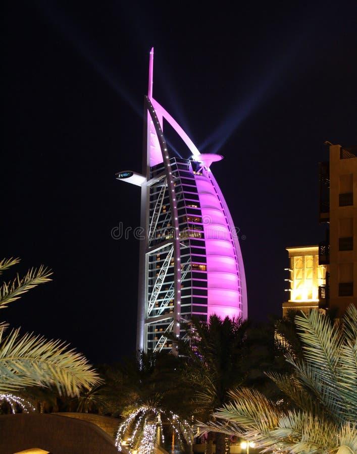 Arabe d'Al de Burj la nuit image stock