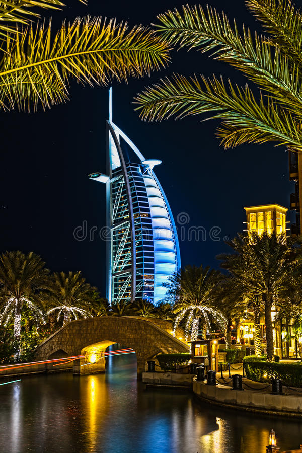 Arabe d'Al de Burj la nuit photographie stock libre de droits