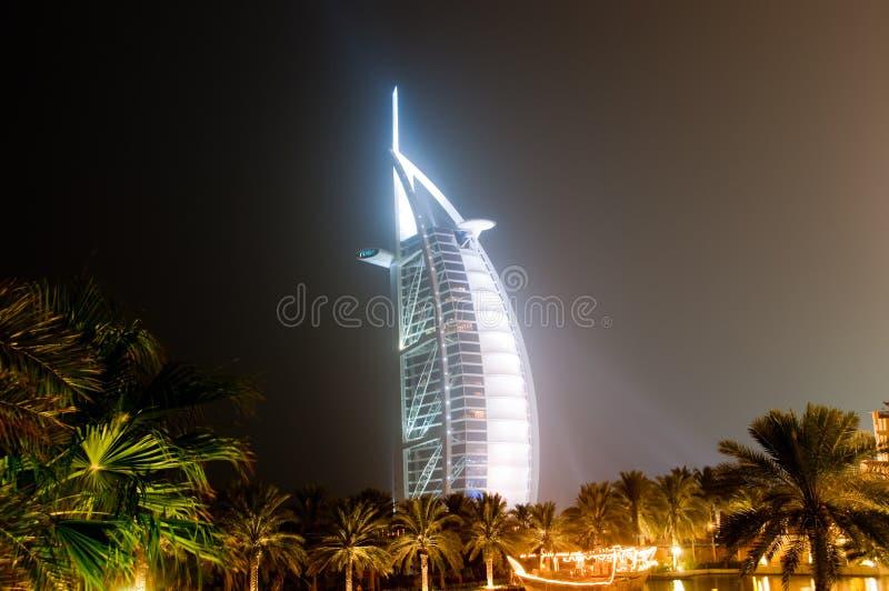 Arabe d'Al de Burj rougeoyant la nuit photo stock