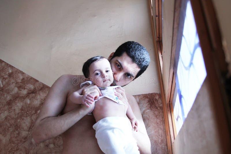 Araben behandla som ett barn flickan med fadern fotografering för bildbyråer