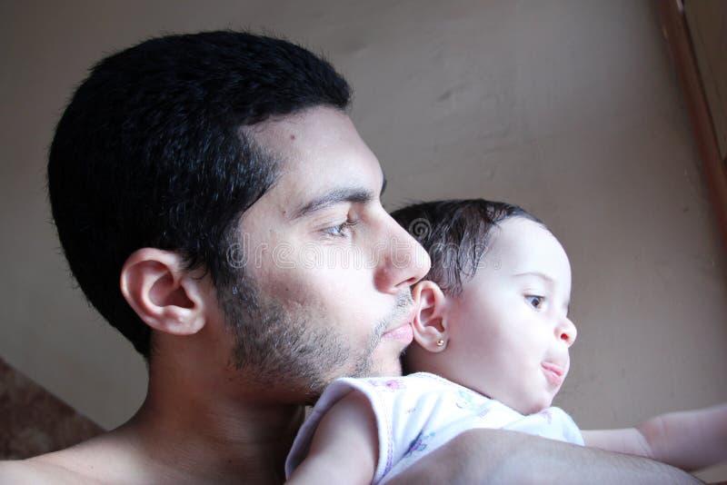 Araben behandla som ett barn flickan med fadern arkivbilder
