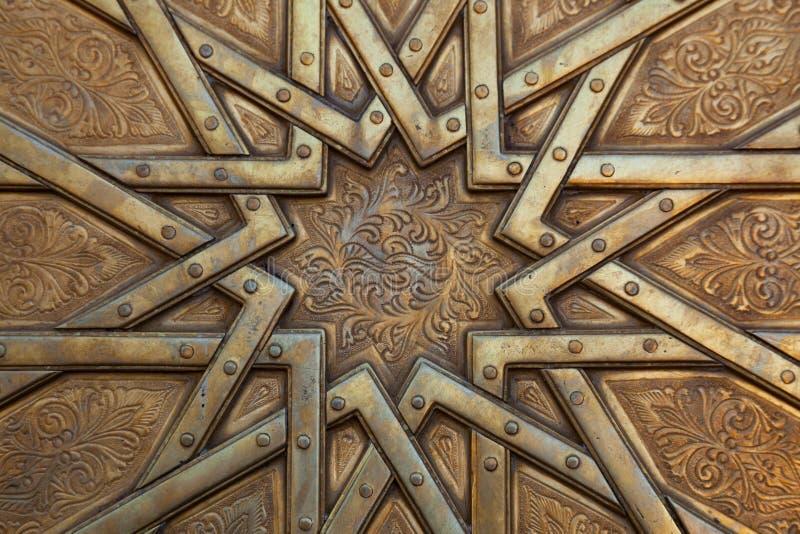Arabesque na porta em Marrocos imagens de stock