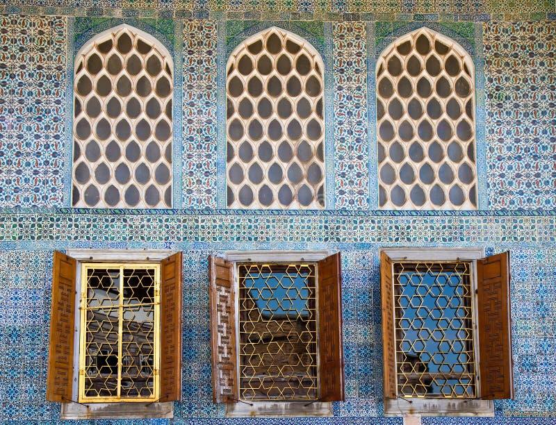 Arabesque Windows do palácio de Topkapi imagem de stock