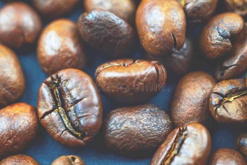 Arabica φασόλια καφέ σε ένα σκούρο μπλε υπόβαθρο στοκ φωτογραφία