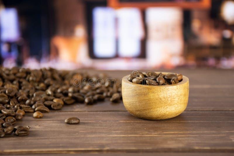 Arabica doux brun foncé de grains de café avec le restaurant image libre de droits