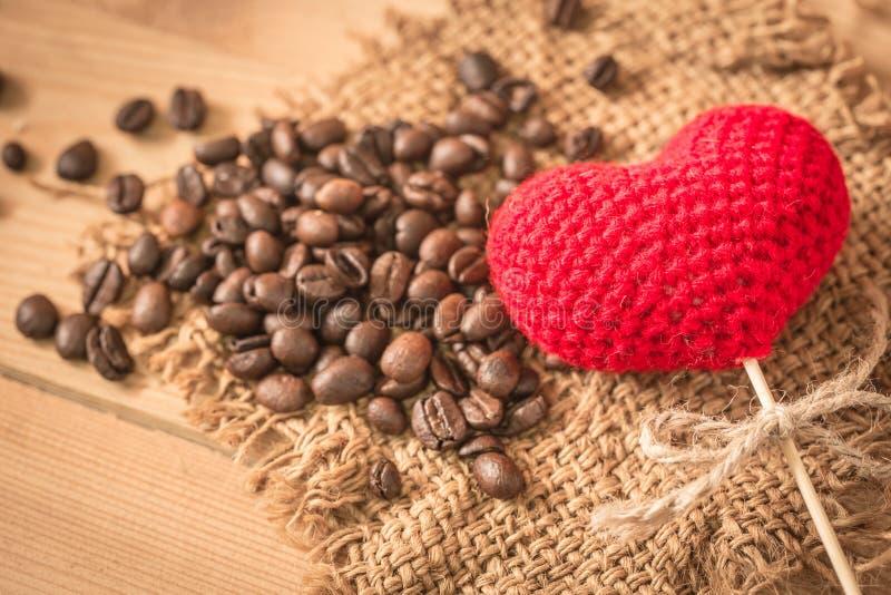 Arabica kawowa fasola z miłości sercem obrazy stock