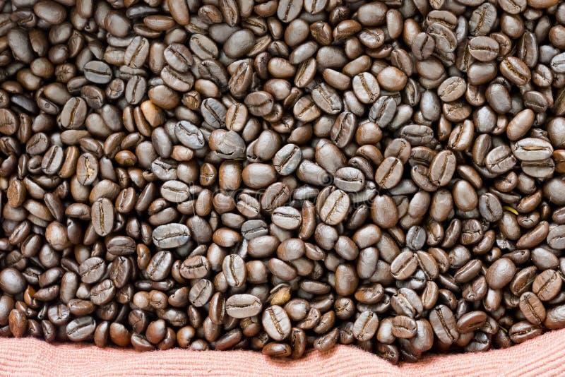 arabicabakgrundsbönor stänger upp för högstek för kaffe mörk textur royaltyfria bilder