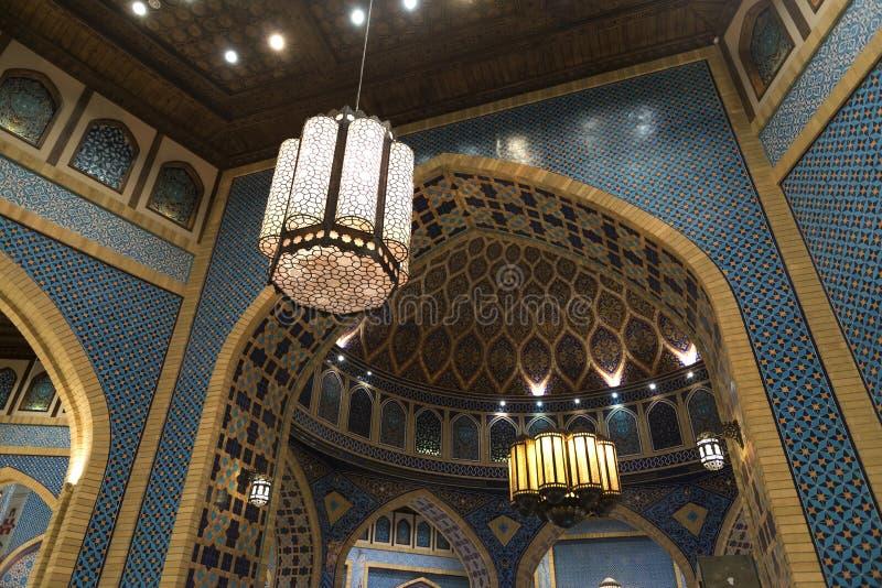 Arabicaljuskrona med traditionell stil i den Ibn Battuta gallerian i Dubai, UAE arkivfoton