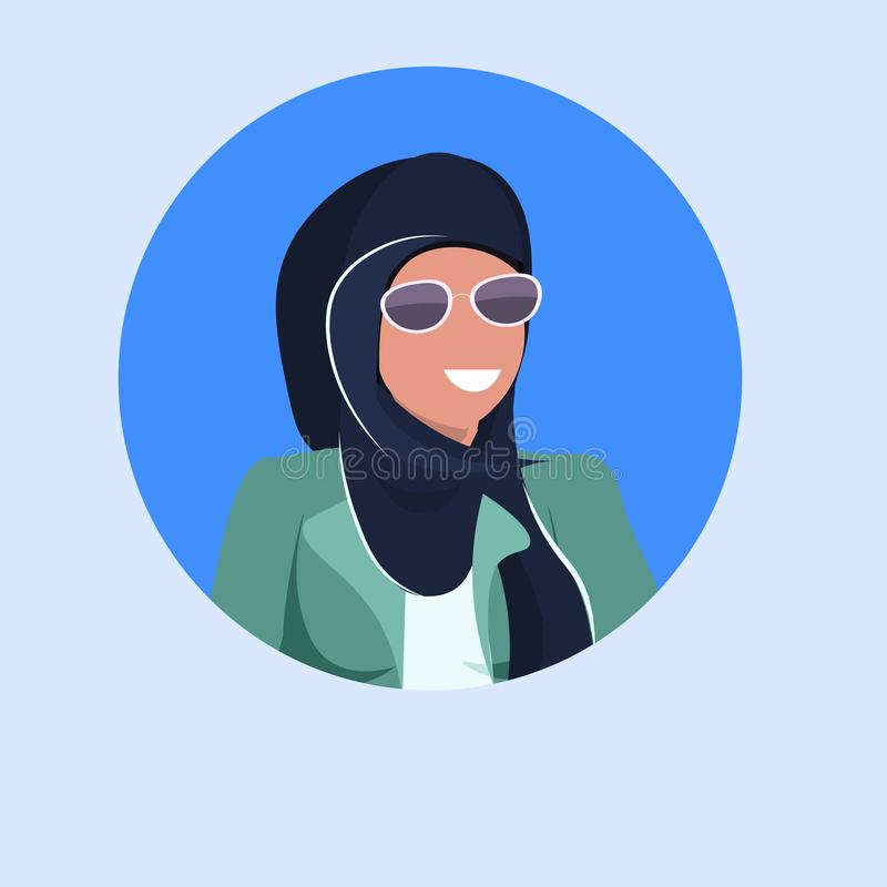 Arabisch avatar van het vrouwengezicht gelukkig Arabisch meisje hijab en vlak blauw het karakterportret die van het zonnebril mos royalty-vrije illustratie