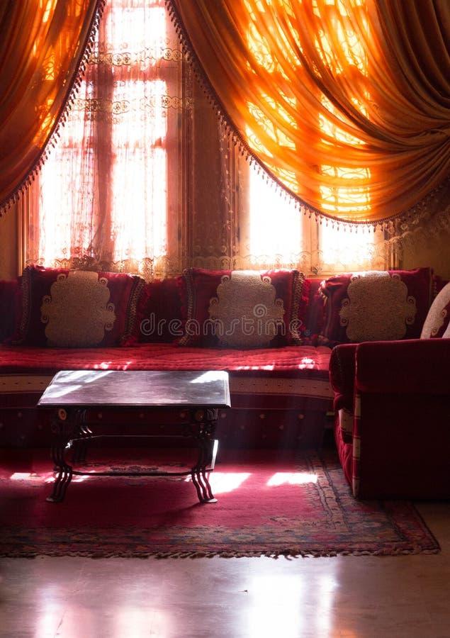 Arabisch binnenland - koffietafels en oranje gordijnen royalty-vrije stock afbeeldingen