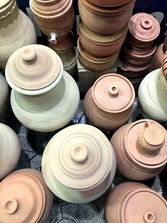 Arabisch die aardewerk van klei met patroon en ornament wordt gemaakt stock foto's