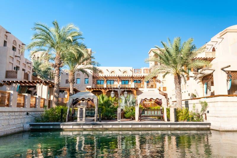 Arabisch Huis met palmen in Doubai royalty-vrije stock afbeeldingen