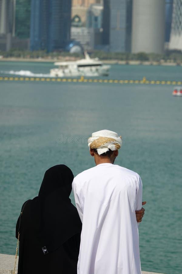 Arabisch paar die van de mening van de haven in een grote stad genieten royalty-vrije stock afbeelding