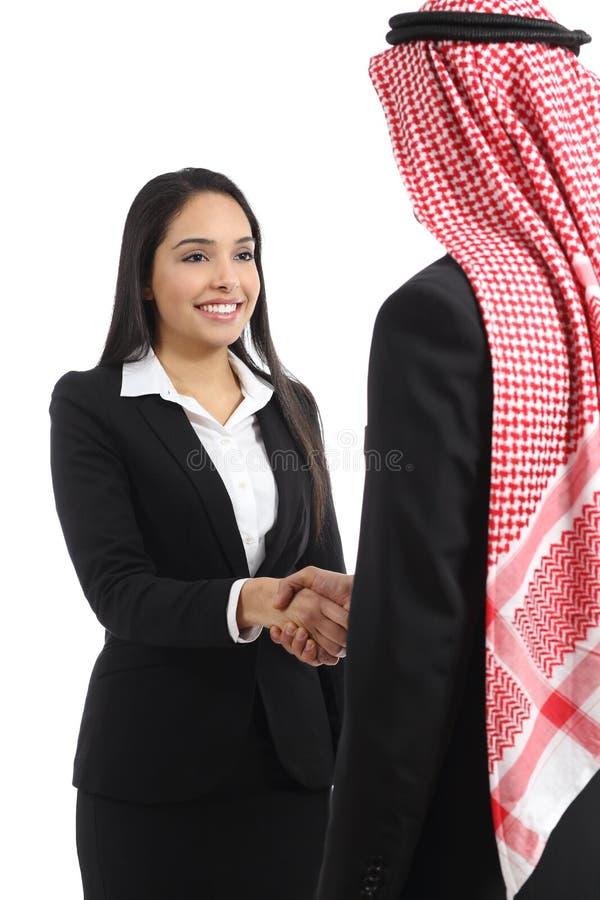 Arabisch Saoedi-arabisch bedrijfsman en vrouwenhandenschudden stock afbeeldingen
