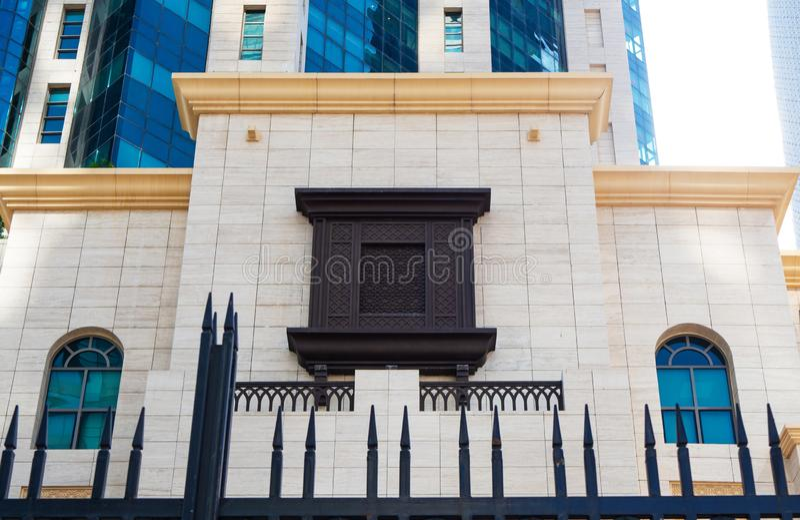 Arabisch stijl rechthoekig die venster van hout met arabesque wordt gemaakt stock foto