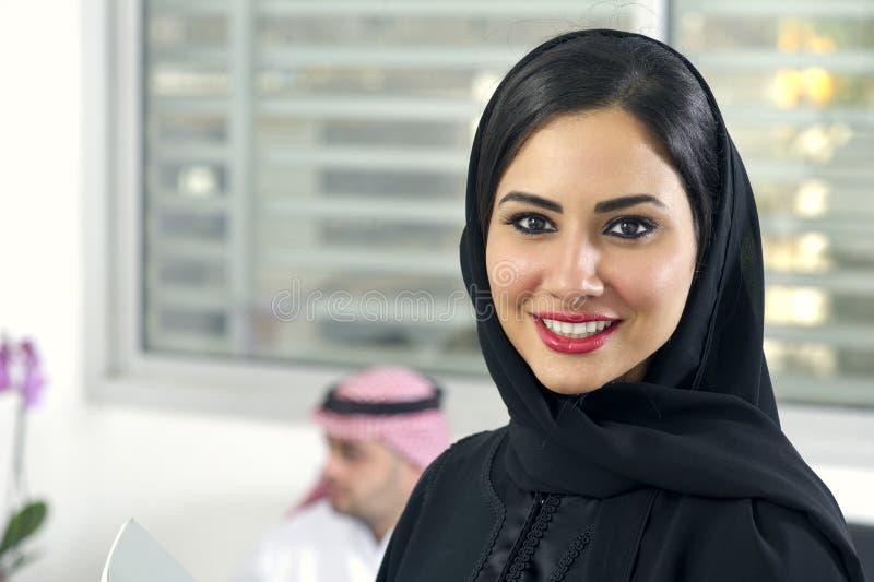 Arabisch zakenlui in bureau stock foto