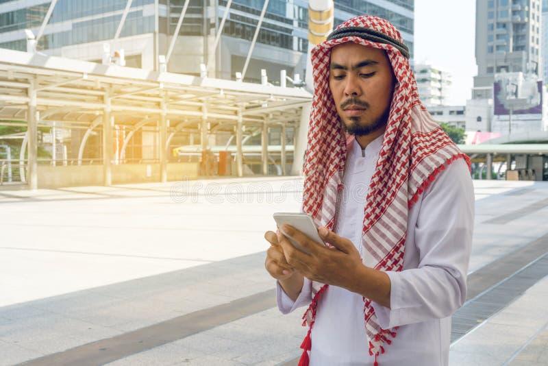 Arabisch zakenmanoverseinen op een mobiele telefoon royalty-vrije stock fotografie