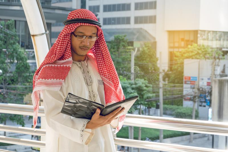 Arabisch zakenmanoverseinen op een mobiele telefoon in de stad royalty-vrije stock foto's