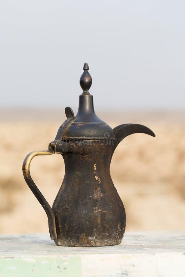 Arabische alte geräucherte Kaffeemaschine der traditionellen Weinlese lizenzfreie stockbilder