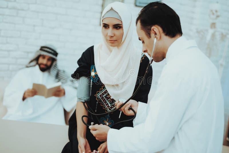 Arabische Arts Checking Heartbeat een Moslimvrouw royalty-vrije stock fotografie