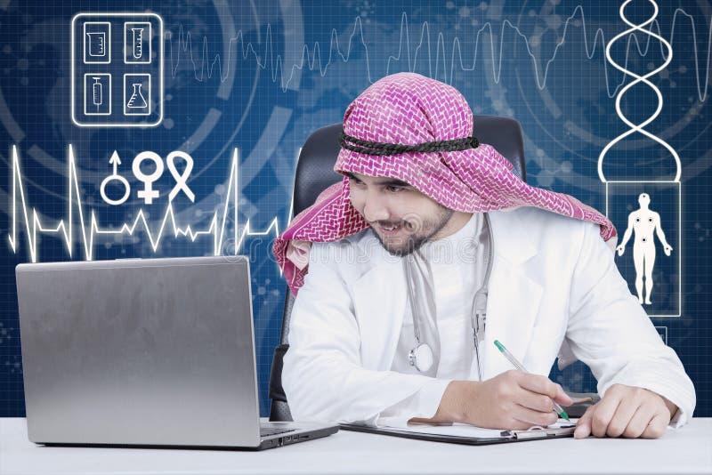 Arabische arts die met laptop werken royalty-vrije stock afbeeldingen