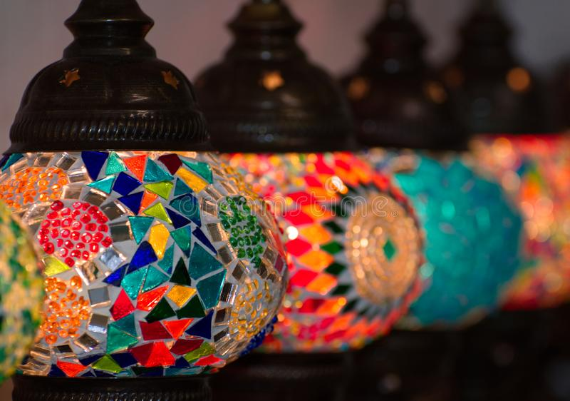 Arabische Arttischlampen in Folge lizenzfreies stockbild