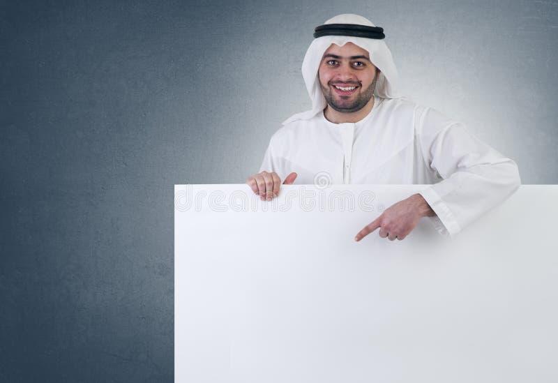 Arabische bedrijfsmens die op een leeg teken richt royalty-vrije stock foto