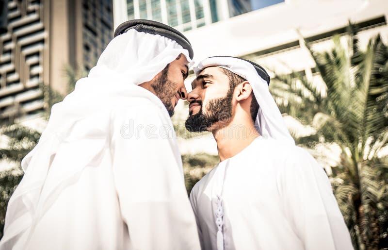 Arabische bedrijfsmensen die samen besteden royalty-vrije stock foto's