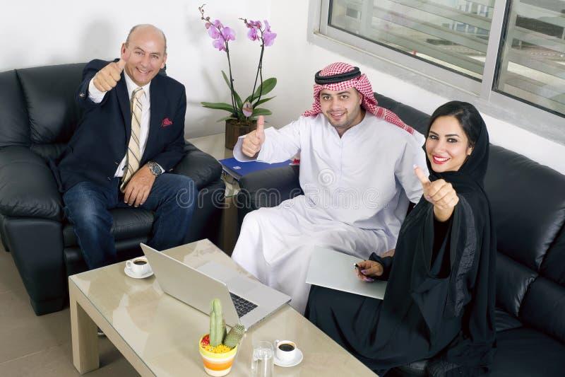 Arabische bedrijfsmensen & vreemdeling met duimen omhoog in bureau royalty-vrije stock fotografie