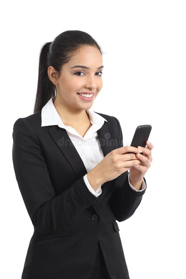 Arabische bedrijfsvrouw die een slimme telefoon met behulp van royalty-vrije stock foto's