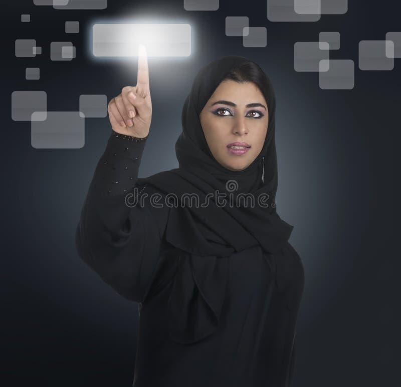 Arabische bedrijfsvrouw die touchscreen drukt stock foto's