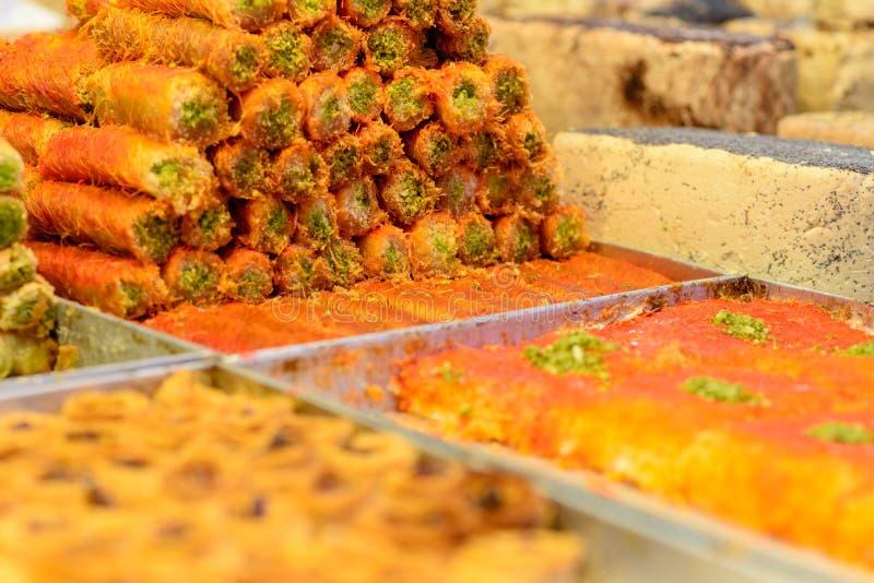 Arabische Bonbons im Markt lizenzfreie stockbilder