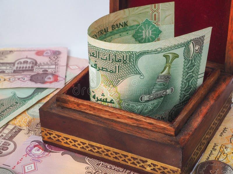 Arabische Dirham in der alten Holzkiste stockfoto