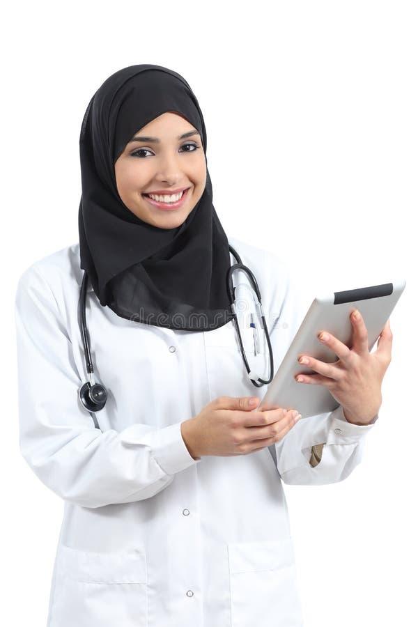 Arabische Doktorfrau mit einer Tablette, die Kamera betrachtet lizenzfreies stockfoto