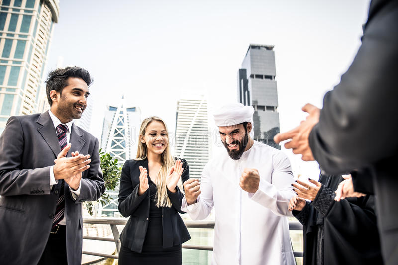 Arabische en westelijke bedrijfsmensen stock foto