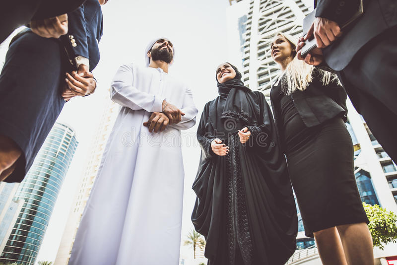 Arabische en westelijke bedrijfsmensen royalty-vrije stock afbeeldingen