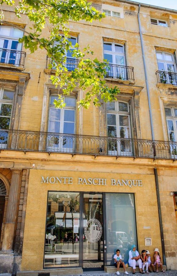 Arabische Familie auf den Schritten von französischer Bank lizenzfreies stockbild