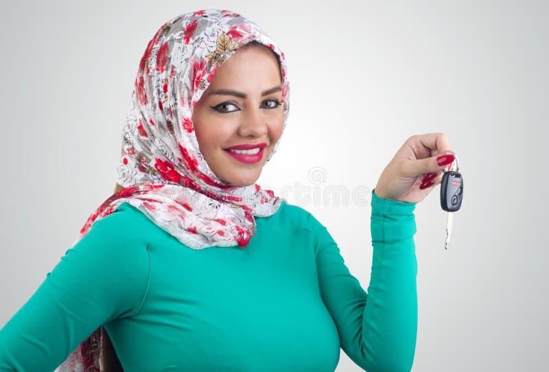 Arabische Frau, die Autoschlüssel hält lizenzfreies stockbild