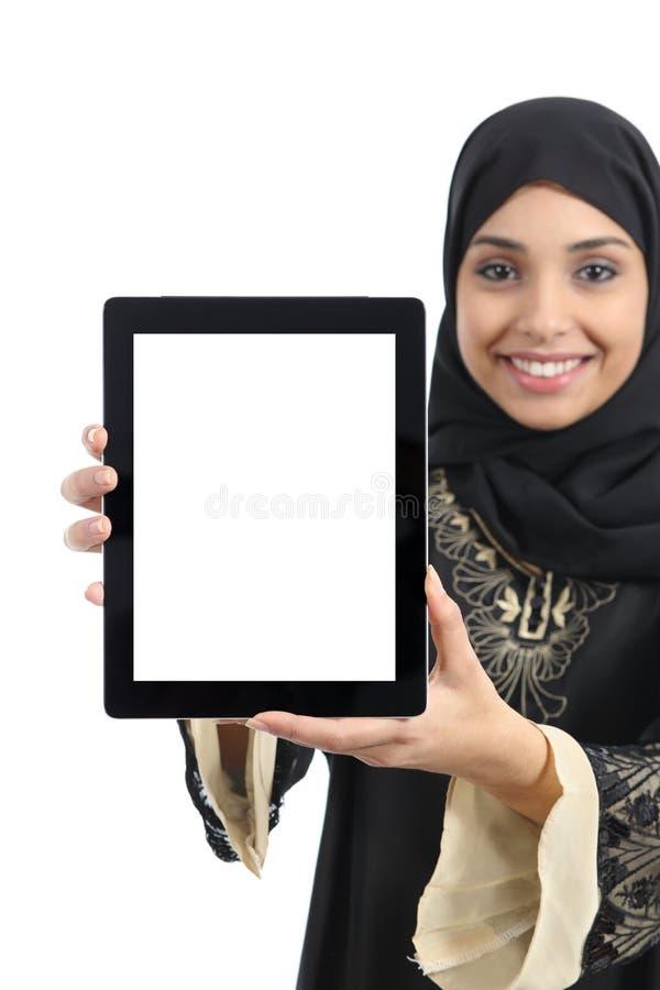 Arabische Frau, die eine Tablettenanzeigenanwendung lokalisiert zeigt lizenzfreies stockfoto