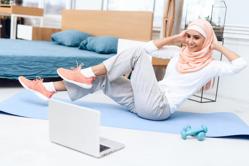 Arabische Frau, die Gymnastik im Schlafzimmer tut lizenzfreies stockbild