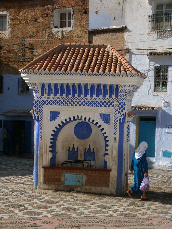 Download Arabische Frau Im Traditionellen Kleid Stockbild - Bild von weiß, blau: 40163