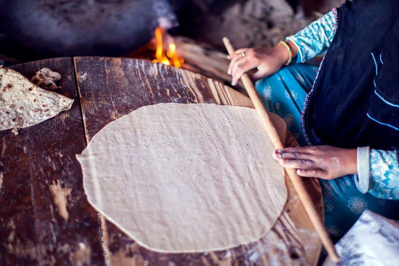 Arabische Frau macht Brot im beduinischen Dorf in Ägypten lizenzfreie stockbilder