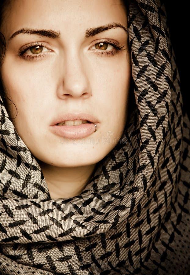 Arabische Frau mit Durchdringen lizenzfreie stockfotografie