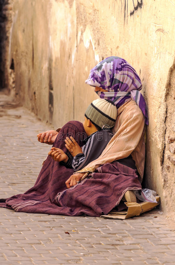 Arabische Frau mit einem Kinderbitten stockbilder