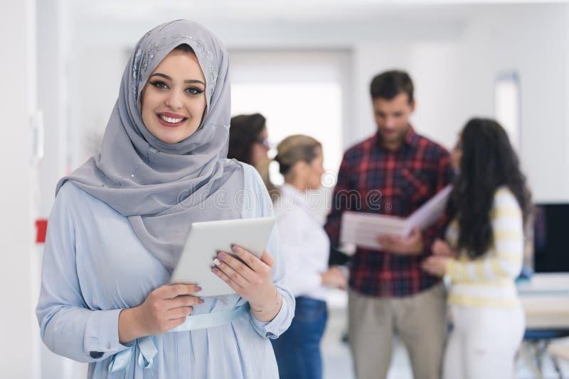 Arabische Geschäftsfrau, die im Team arbeitet stockbilder