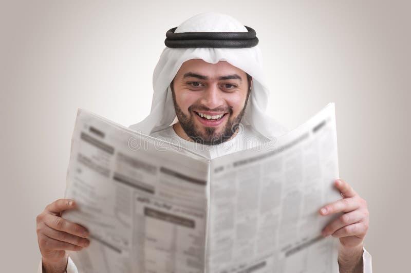 Arabische Geschäftsmann-Lesezeitung lizenzfreie stockbilder